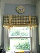 Китайские шторы регулируются  вручную, сворачиваясь в валик снизу вверх и фиксируясь на любом уровне при помощи декоративных лент