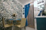 Очень часто в едином стиле с окнами или основным текстилем комнаты шторами оформляют и дверной проем
