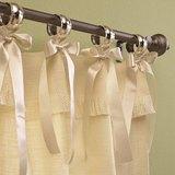 Шторы на завязках вывешиваются на карниз при помощи декоративных полосок из ткани, которые завязываются на бантики или узелки вокруг штанги карниза или на его кольца